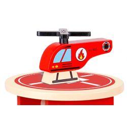 Parkeringshus i trä med många tillbehör, Helikopterplatta, hiss och bilar, Tooky Toy