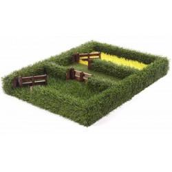 Djurhage med sått fält, häckar och grind The Field